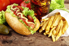 热狗立即可食用在木书桌上的新鲜的沙拉 免版税库存照片