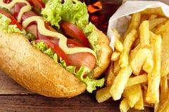 热狗立即可食用在木书桌上的新鲜的沙拉 库存照片