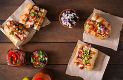 热狗-与墨西哥辣调味汁的三明治在木背景 免版税库存图片
