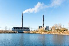 热电厂和透气的照片从很远用管道输送 发电技术  库存图片