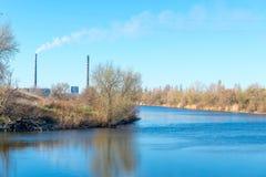 热电厂和透气的照片从很远用管道输送 发电技术  图库摄影