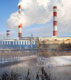 热电厂的冬天视图 库存照片