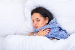 热病和寒冷 美丽的妇女被捉住的流感画象,有H 库存照片