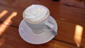 热的乳脂状的热奶咖啡 免版税库存图片