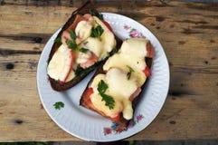热的乳酪、蕃茄和香肠三明治在黑麦面包 免版税图库摄影