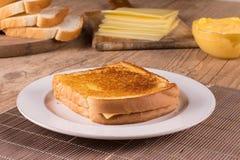 热的乳酪用敬酒的面包 免版税图库摄影