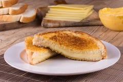 热的乳酪用敬酒的面包 免版税库存照片