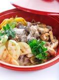 热的切片与调味汁菜在格栅夏南瓜,茄子,蘑菇,土豆,胡椒,蕃茄的猪肉 库存照片