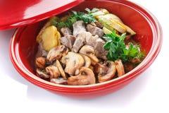 热的切片猪肉用与菜在格栅夏南瓜,茄子,蘑菇,土豆,胡椒,蕃茄的调味汁 免版税库存图片