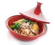 热的切片猪肉用调味汁和菜在格栅夏南瓜,茄子,蘑菇,土豆,胡椒,蕃茄 库存照片
