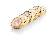 热的卷伊多天麸罗,三文鱼,金枪鱼,乳脂干酪 免版税库存图片