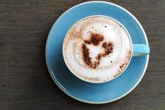 热的可可粉拿铁顶视图用在铈的心形的生泡沫的牛奶 免版税库存图片