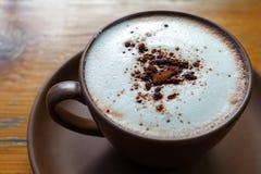 热的可可粉用在陶瓷杯子的生泡沫的牛奶 图库摄影