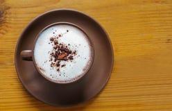 热的可可粉顶视图用在陶瓷杯子的生泡沫的牛奶 免版税图库摄影