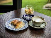 热的咖啡、冰crame和面包店 免版税图库摄影