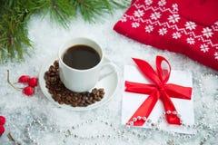 热的咖啡、红色温暖的套头衫和信件从圣诞老人多雪的背景的 免版税库存图片