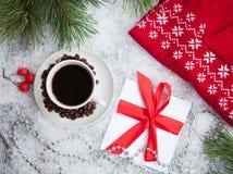 热的咖啡、红色温暖的套头衫和信件从圣诞老人多雪的背景的 免版税库存照片