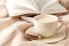 热的咖啡和书在羊毛背景-季节性放松概念 库存图片