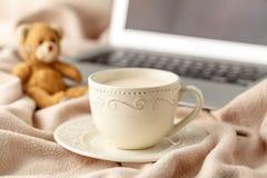 热的咖啡和书在羊毛背景-季节性放松概念 免版税图库摄影