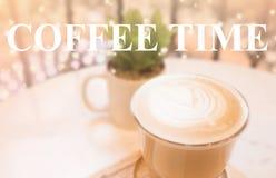热的咖啡和拿铁艺术 免版税库存照片