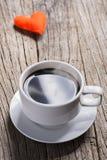 热的咖啡和爱在木背景 库存照片