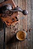 热的咖啡和老研磨机 免版税图库摄影