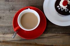 热的咖啡和蛋糕。 免版税库存照片