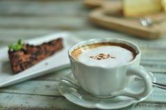 热的咖啡和蛋糕 免版税库存照片
