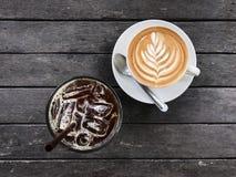 热的咖啡和被冰的咖啡在木桌,顶视图上 库存照片