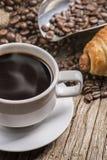 热的咖啡和面包在木背景 库存照片