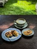 热的咖啡和面包店 免版税库存图片