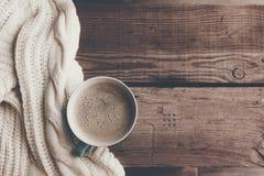 热的咖啡在冷的冬天早晨 免版税库存照片