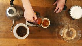 热的咖啡在杯子飞溅 库存照片