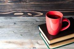 热的咖啡或茶,可可粉,在书的巧克力杯子与文本的拷贝空间 库存照片