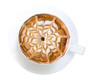 热的咖啡拿铁艺术焦糖花形状泡沫孤立顶视图在白色背景,道路的 免版税库存照片