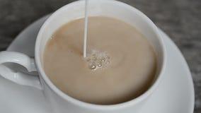 热的咖啡杯用牛奶 股票录像