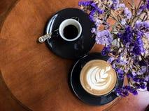 热的咖啡浓咖啡和热的咖啡拿铁,顶视图 免版税库存照片