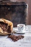 热的咖啡用咖啡豆溢出了在袋子外面 库存图片