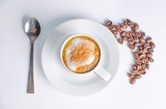 热的咖啡用在白色背景的豆 免版税库存照片