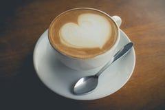 热的咖啡用泡沫牛奶 免版税库存图片