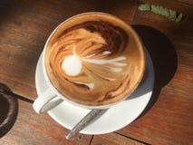 热的咖啡 拿铁艺术 库存图片