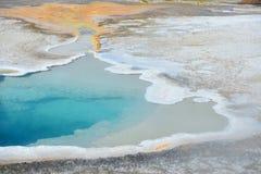 热的喷泉水池在老忠实的区域 库存图片