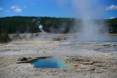 热的喷泉水池在老忠实的区域 库存照片