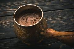 热的土耳其咖啡罐 免版税库存图片
