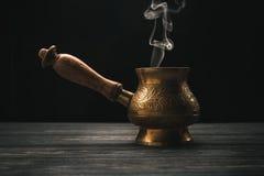 热的土耳其咖啡罐 库存图片