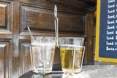 热的在老牌玻璃的teawith空的咖啡 图库摄影