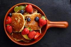 热的夏天早餐薄煎饼 免版税库存照片