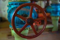 热的工厂与铁管子锅炉和阀门在老状态 库存图片