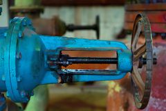 热的工厂与铁管子锅炉和阀门在老状态 图库摄影