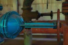 热的工厂与铁管子锅炉和阀门在老状态 免版税库存图片
